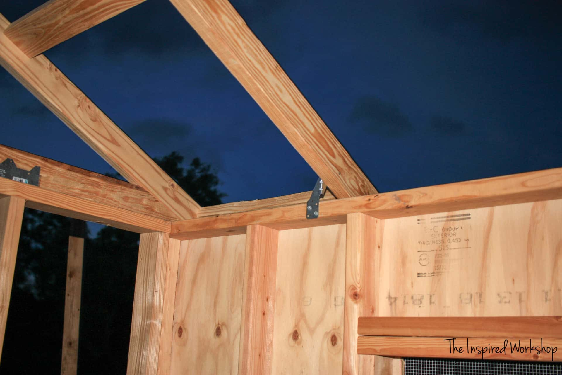 Building of the chicken coop, attaching the roof rafters
